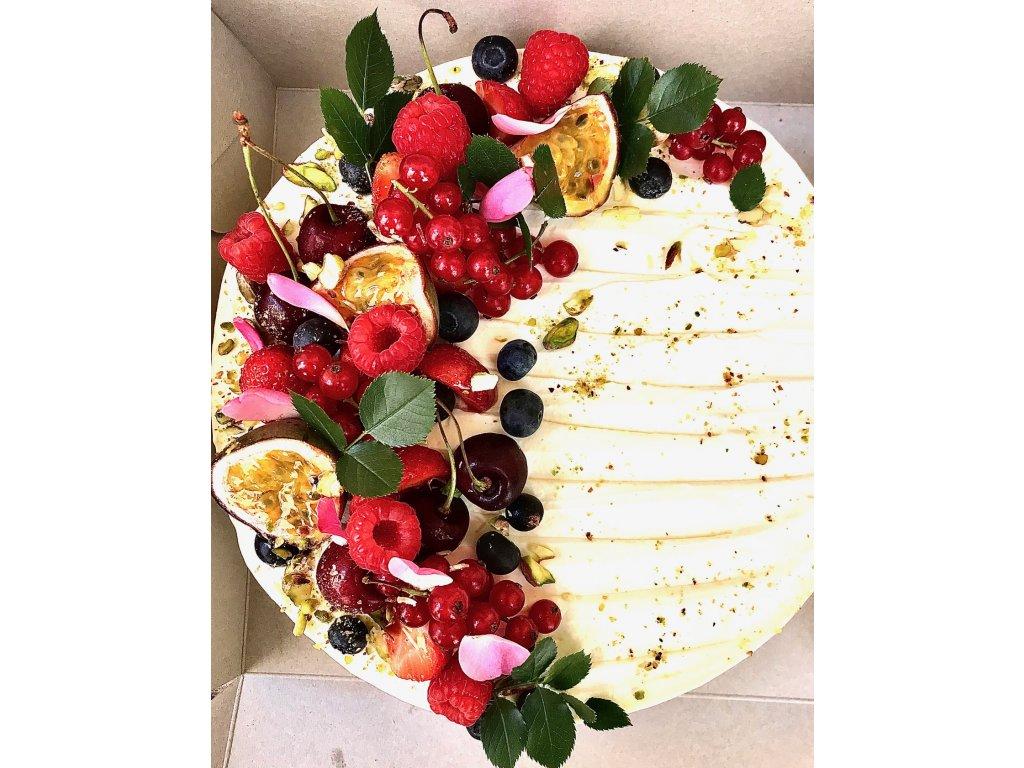 Nepeceny cheesecake s bilou cokoladou a ovocem