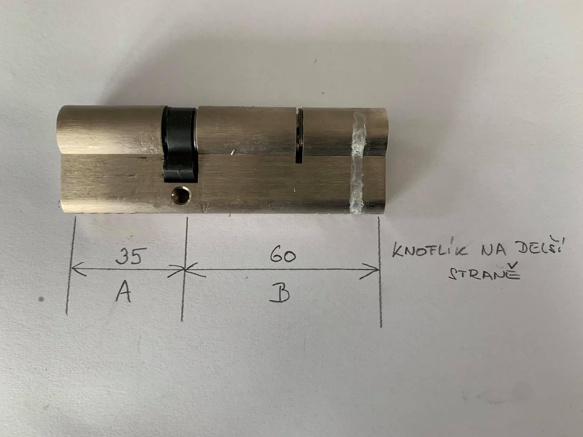 Jak určit na které straně cylindrické vložky je knoflík