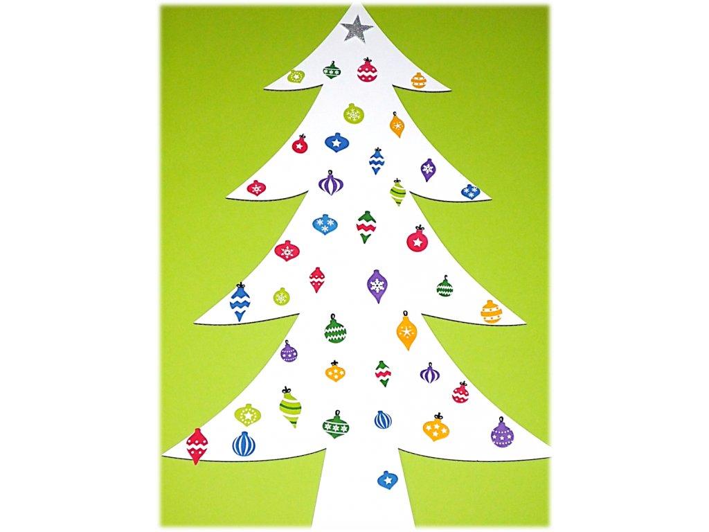 Velký smrk z kartonu od Think Creative s vánočními ozdobami