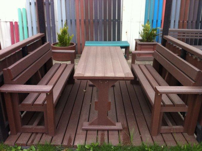 02 gc. Stôl klasický a 2 lavičky s lakťovými opierkami