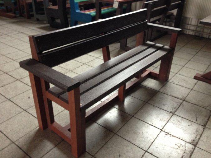 02 b. Celoplastová lavička 3+2 s opierkou na ruky, 200 cm