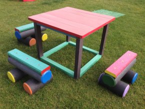 07 e. Detský stôl a 4 malé kladinky na sedenie