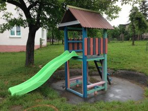 07 gb. Detský domček so šmýkalkou a schodíkmi
