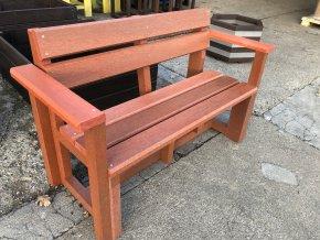 02 bb. Plastová lavička tehlová s opierkou a lakťami, 120 cm