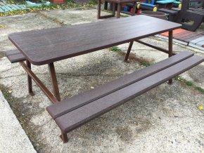 02 jd. Kovový piknik stôl, plát stola, so sedením z plastových dosiek