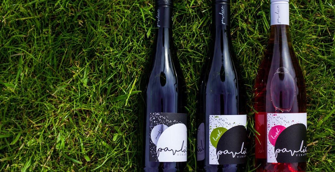vína v trávě