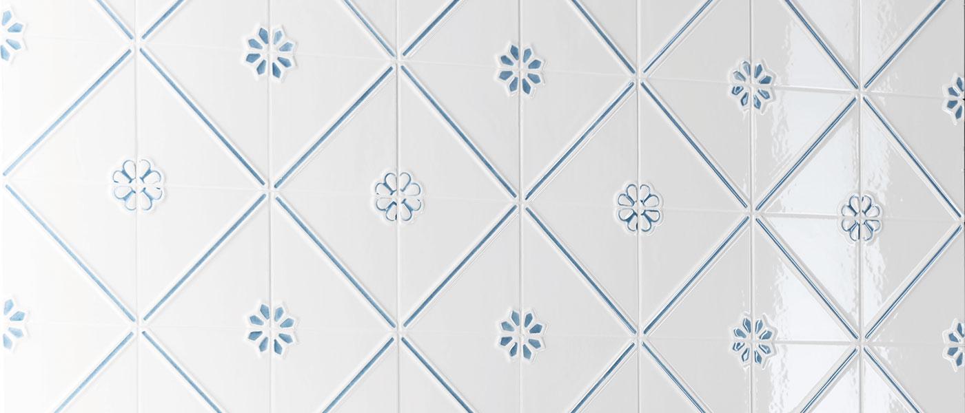 formelle-obklady-bile-reliefni-vintage-kvetinove-modro-bile-01