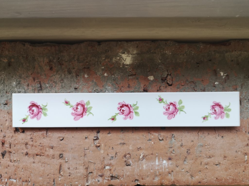 listela plocha bila leskla s rucne malovanymi ruzickami 3x20 vinci obklady