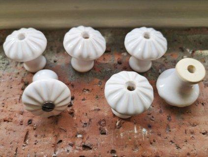 uchytka keramicka porcelanova nopka malovana jednobarevna bila kyticka 02