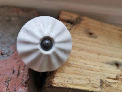 uchytka keramicka porcelanova nopka bila historicka 40 mm