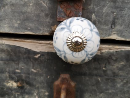 keramicka uchytka bila s modro sedym kvetem selska 4 cm vinciobklady