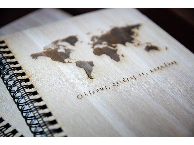 cestovatelsky dreveny denik zapisnik gravirovany mapa sveta