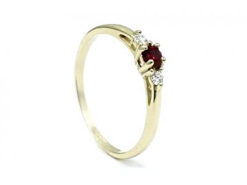 Zlatý prsten s rubínem a diamantem