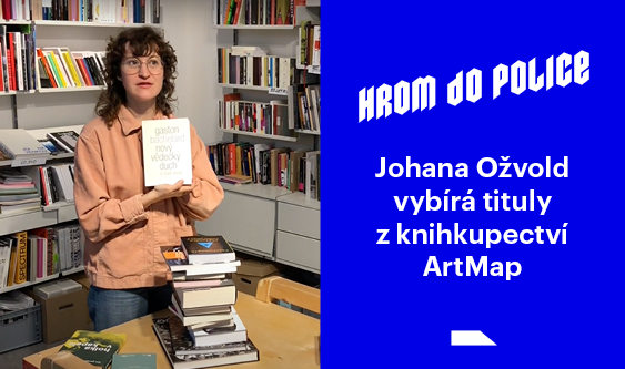 Johana Ožvold vybírá tituly z knihkupectví ArtMap