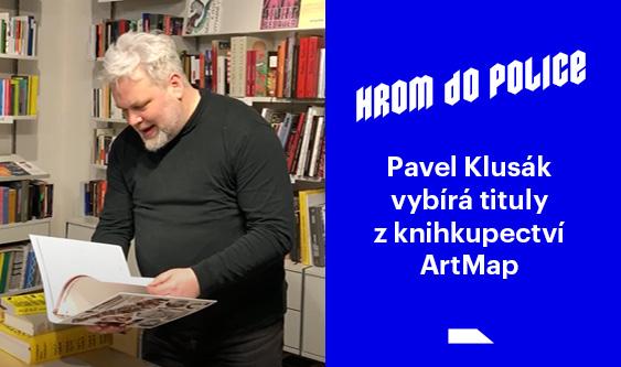 Pavel Klusák vybírá knížky v knihkupectví ArtMap