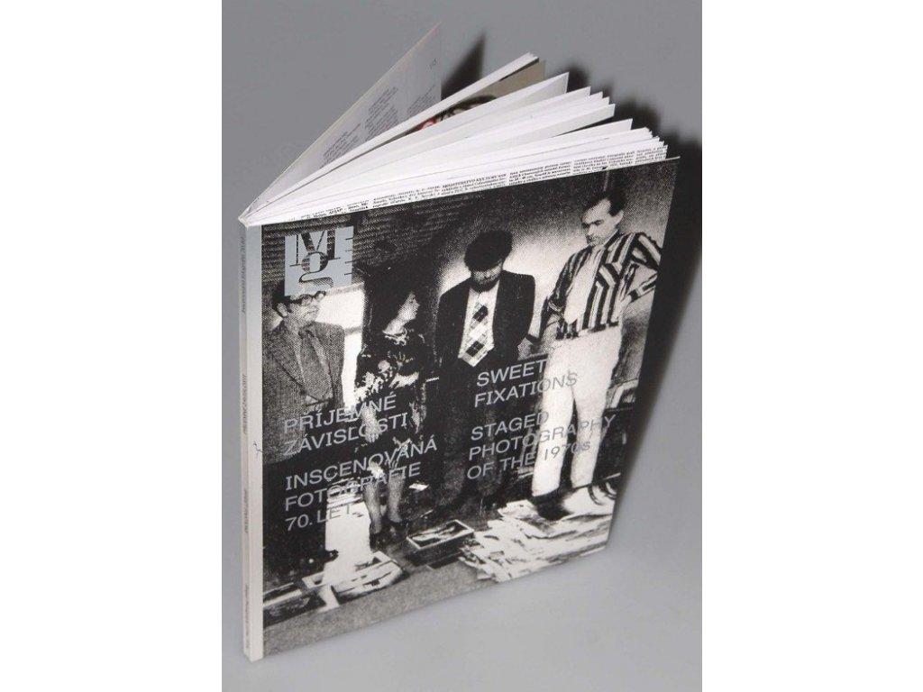 653 4 prijemne zavislosti inscenovana fotografie 70 let