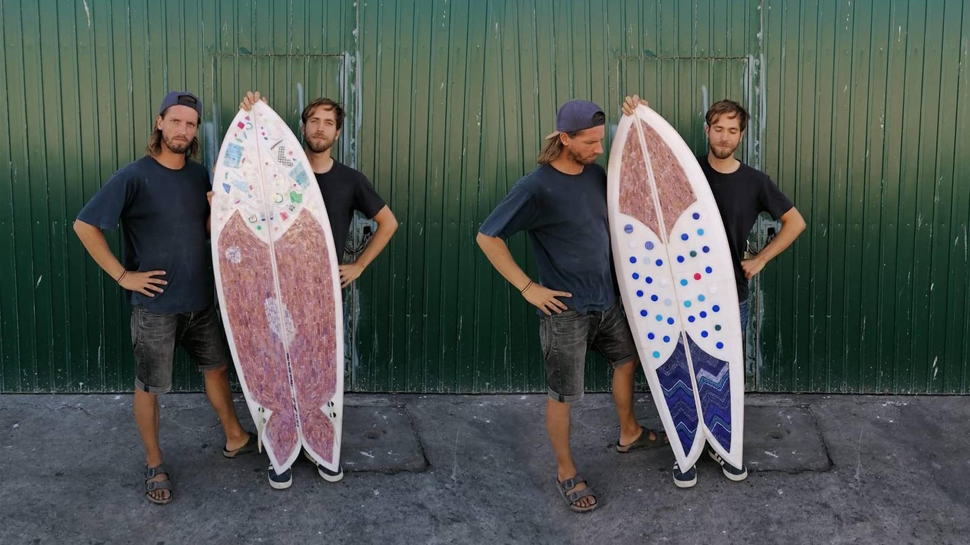 Surfový prkno z mrazáku, vajglů a plastového odpadu