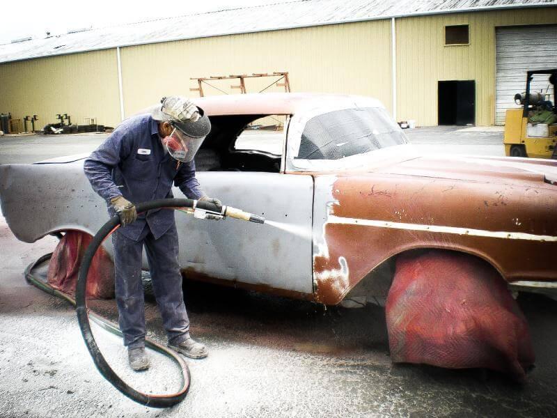 Renovace-pískováním-zrezlé-karoserie-auta