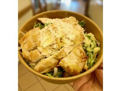 Salátové listy s ančovičkovým dresinkem (Caesar dresink), kuřecím prsíčkem (120g), krutony, grana padano sýrem