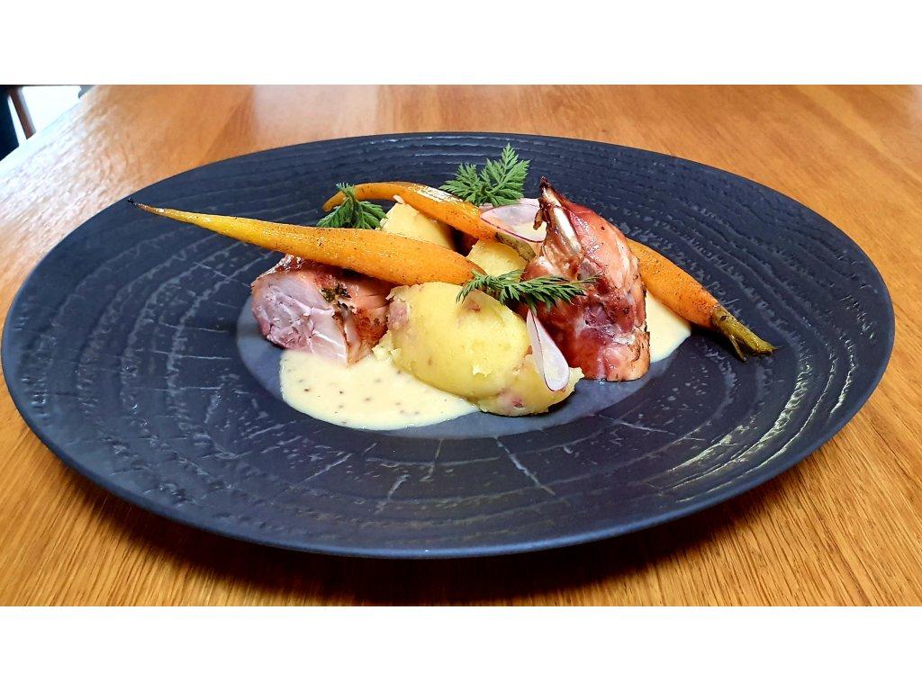Vykoštěné králičí stehno se šťouchaným bramborem, omáčkou z hrubozrnné hořčice a glazovanou karotkou