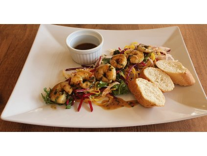 Restované krevetky se sladkou chilli omáčkou, na salátku z marinované ředkve a bagetkou