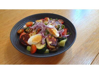 Zeleninový salát s grilovaným farmářským sýrem, hořčičným dresinkem, červenou cibulí a vařeným křepelčím  vejcem