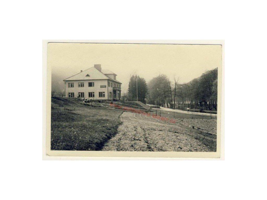 51 - Praha - západ, Pikovice, oživená partie před restaurací, cca 1925