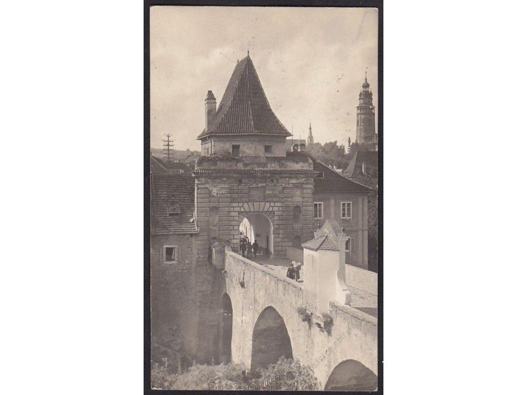13 - Český Krumlov, brána se zámeckou věží v pozadí, foto Seidel