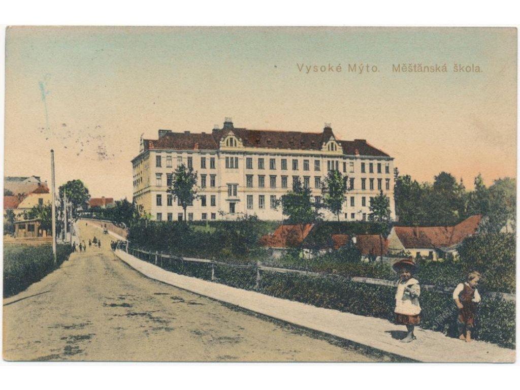 70 - Orlickoústecko, Vysoké Mýto, oživená partie před Měšťanskou školou, cca 1915