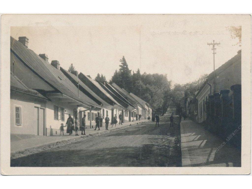 70 - Orlickoústecko, Kyšperk - Letohrad, Svatojanská ul. s obyvateli, cca 1930