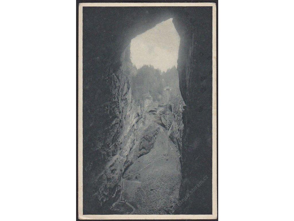 """03 - Blanensko, pohled na vnitřek Macochy z """"Pekelného jícnu"""", cca 1925"""