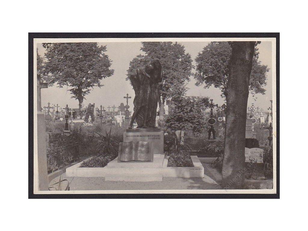 67 - Třebíčsko, Jaroměřice nad Roklynou, náhrobek O. Březiny, foto Knoll, cca 1932