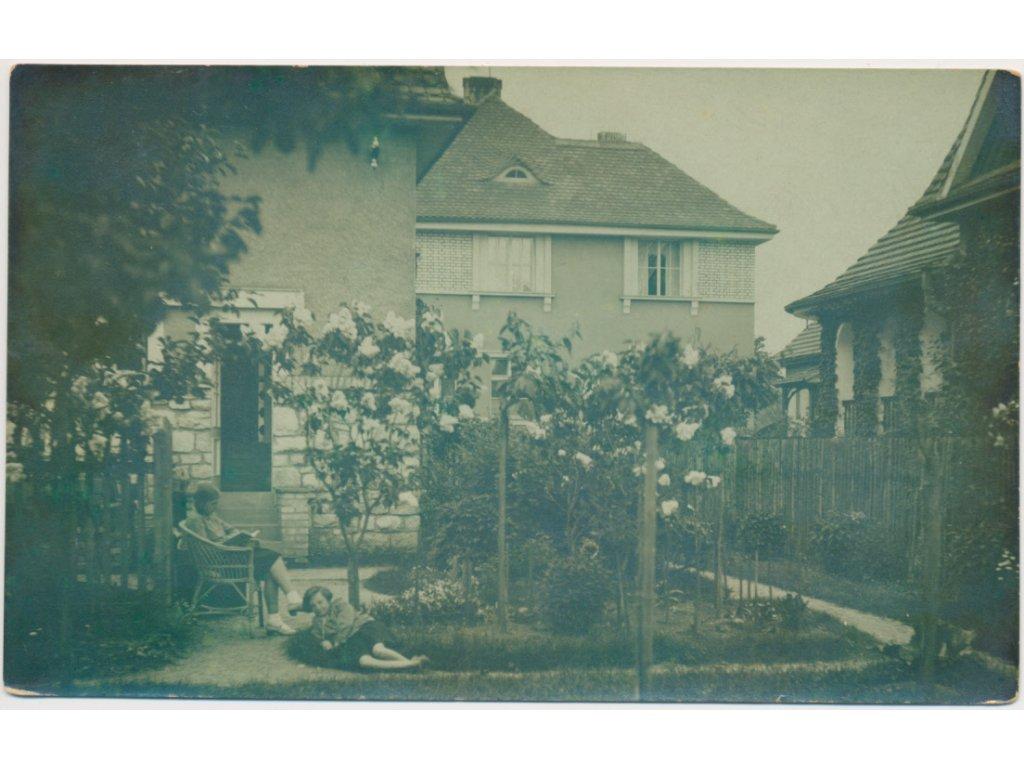 28 - Klatovsko, Sušice, oživená partie před rodinným domem, foto Javůrek