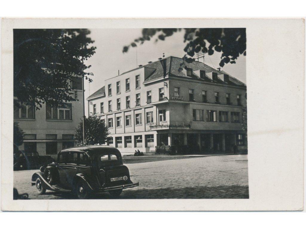 38 - Náchodsko, Hronov, partie s automobilem před radnicí, cca 1943