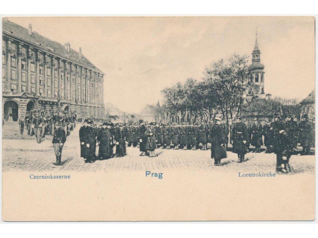 49 - Praha, Czerninkasarne, vojáci na nádvoří před kasárnama, cca 1899