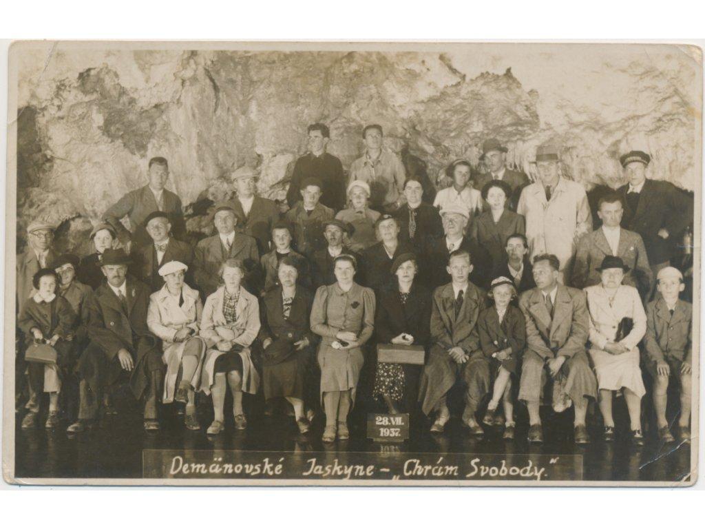 """Slovensko, Demänovsk Jaskyně - """"Chrám Svobody"""", foto návštěvníků, 1937"""