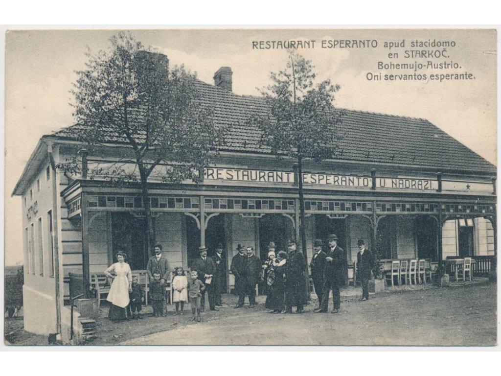 31 - Kutnohorsko, Starkoč, lidé před nádražní restaurací Esperanto...