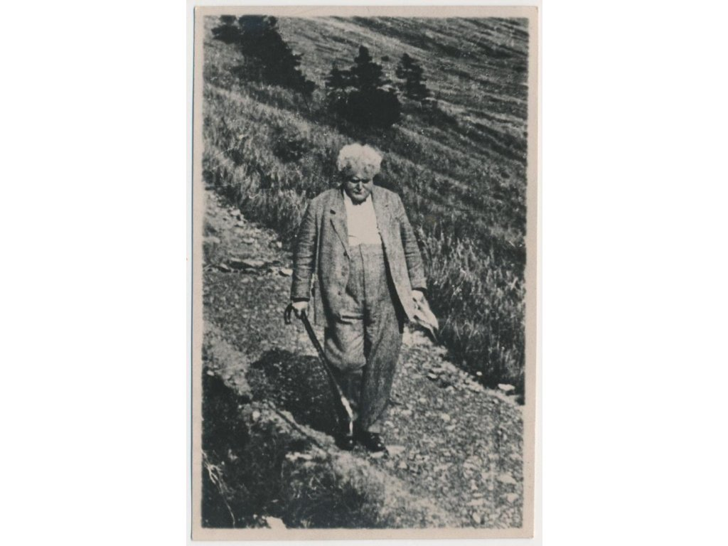 20 - Jablonecko, Harrachov, básník Viktor Dyk na procházce, cca 1925