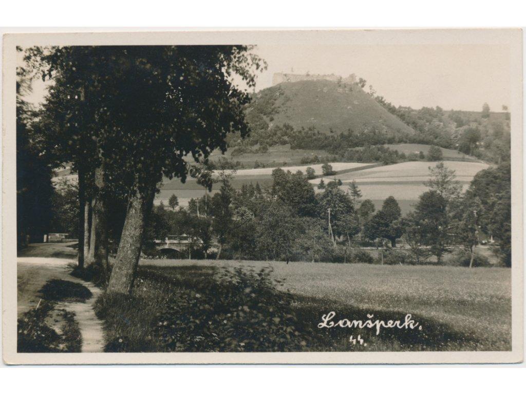 70 - Orlickoústecko, Lanšperk, partie z obce s výhledem na hrad, ca1930