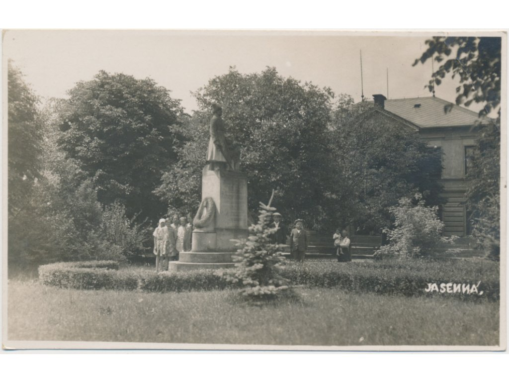 38 - Náchodsko, Jasenná, oživená partie u pomníku obětem 1. sv. války