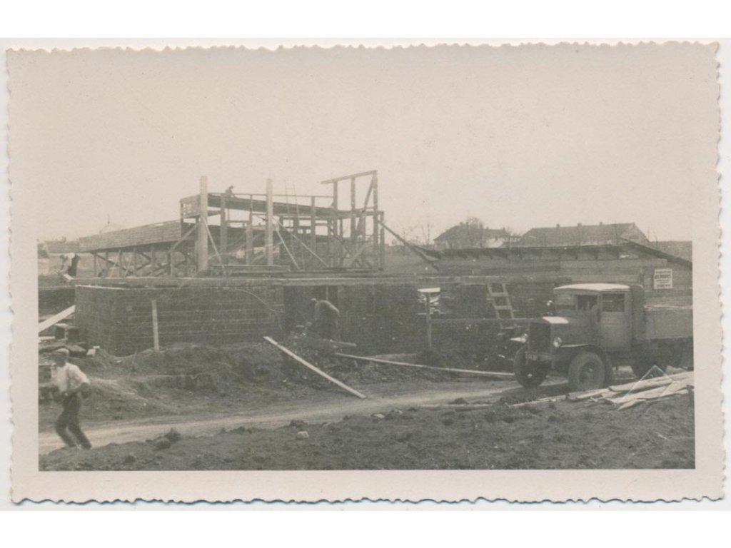 70 - Orlickoústecko, Vysoké Mýto, rozestavěná plovárna, lidé, automobil