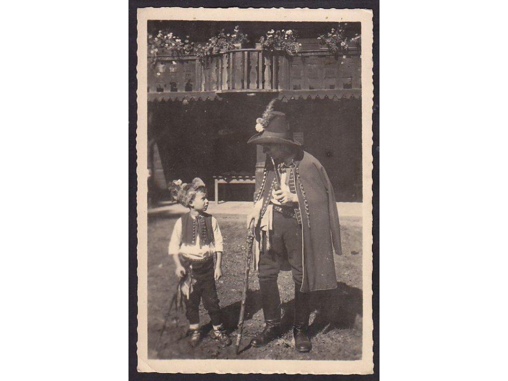 Děti v moravských krojích, ca 1945