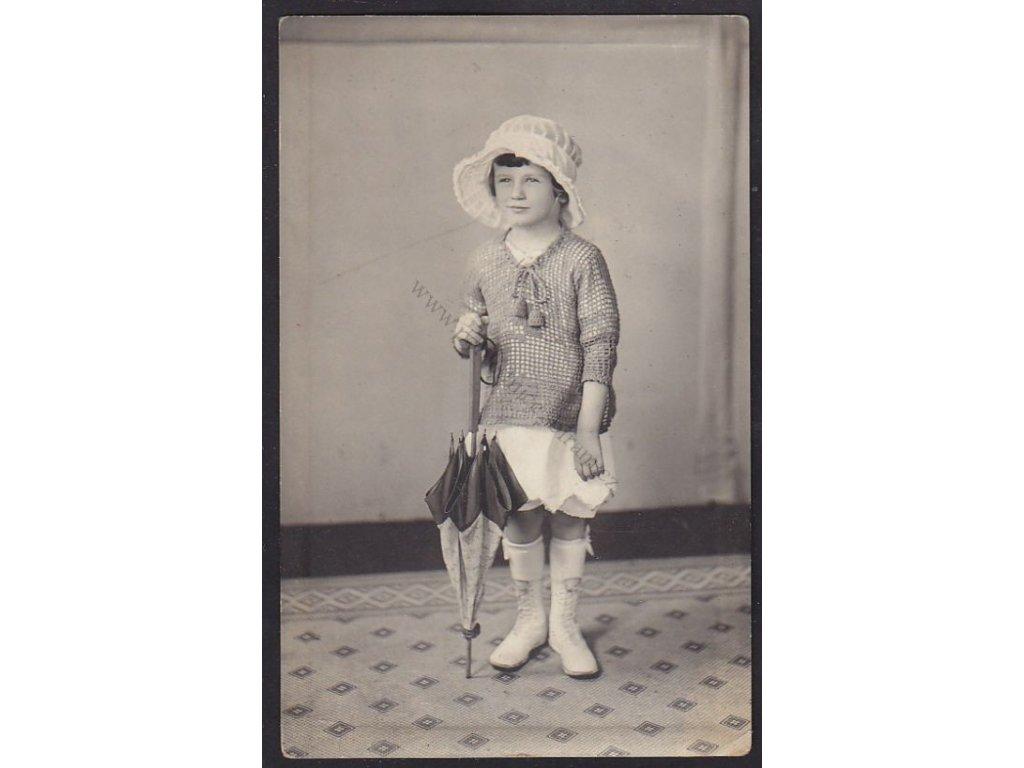 Dívenka s deštníkem- Silvinka, foto Swabesin, NY, ca 1920