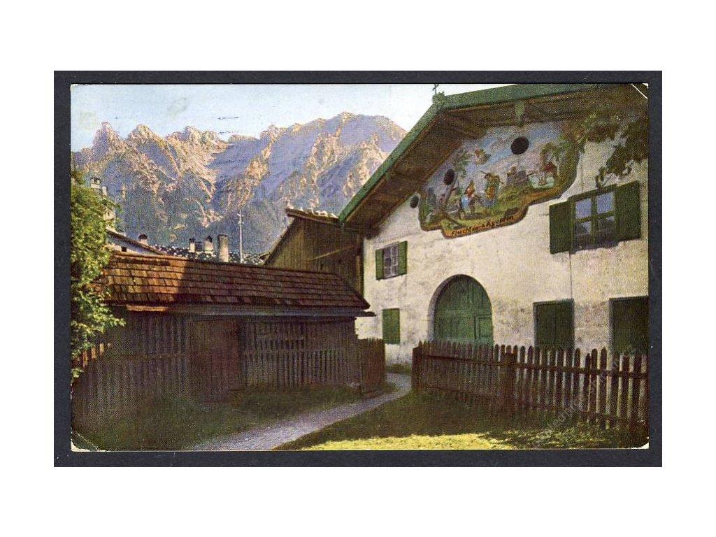Deutschland, Mittenwald, Bemaltes Bauernhaus mit der Karwendelkette, cca 1927