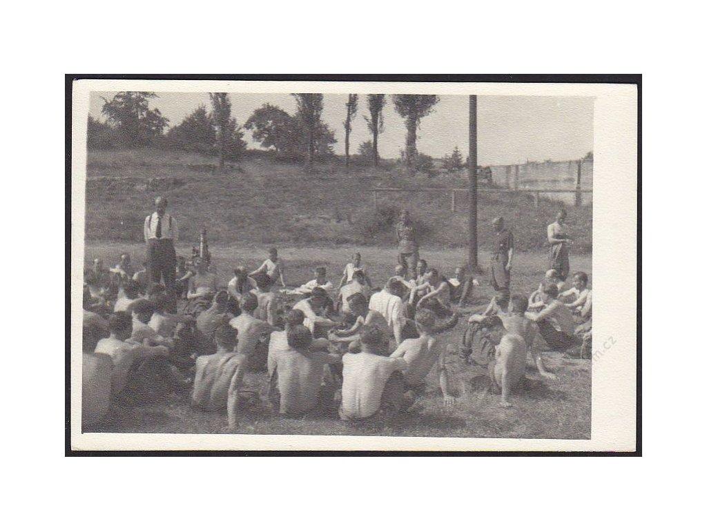 Vojenská jednotka při odpočinku, cca 1935