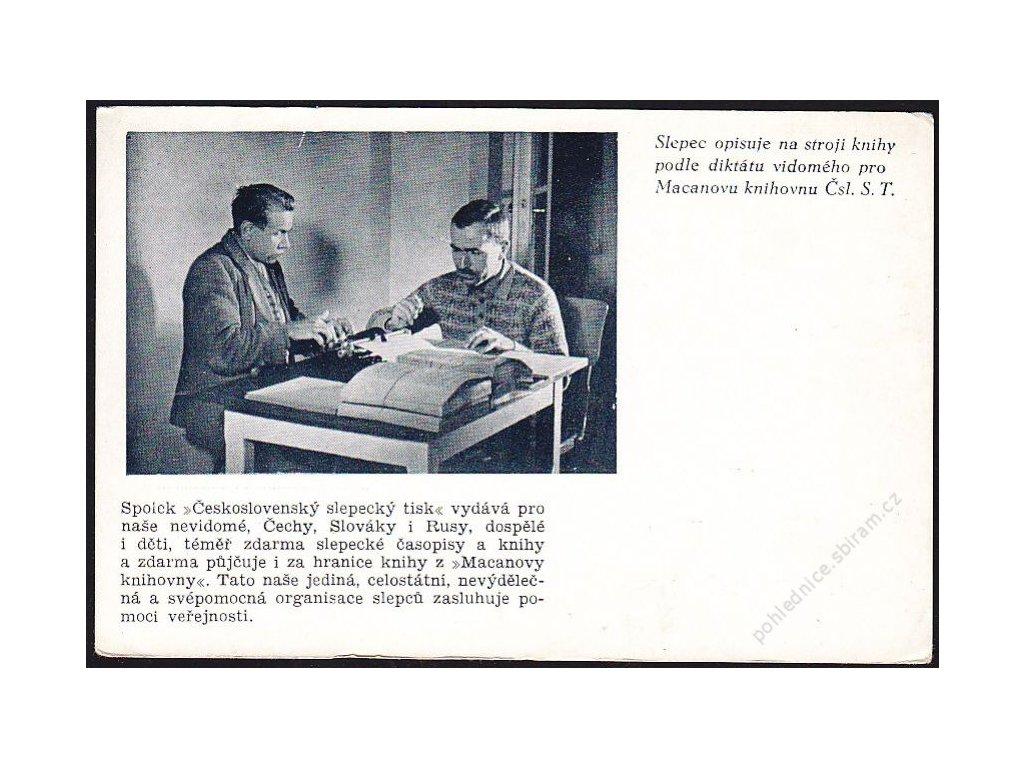 Slepec opisuje na stroji knihy podle diktátu vidomého pro Čsl. S. T., cca 1935