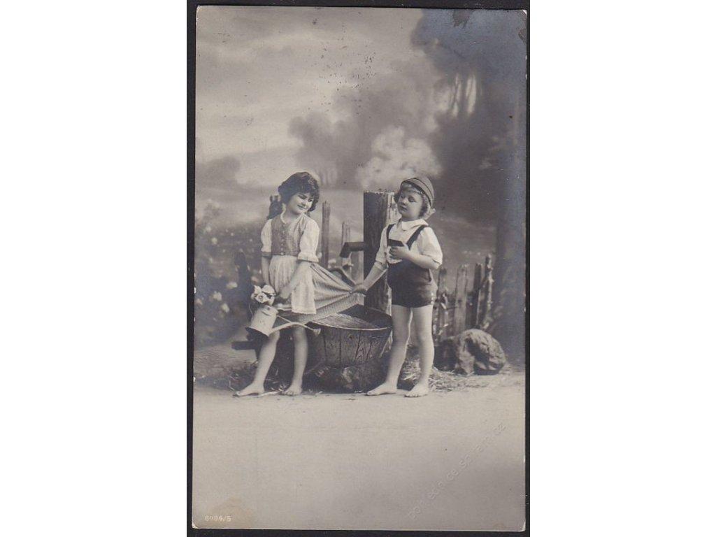 Děti, Chlapec s dívkou u pumpy, cca 1917