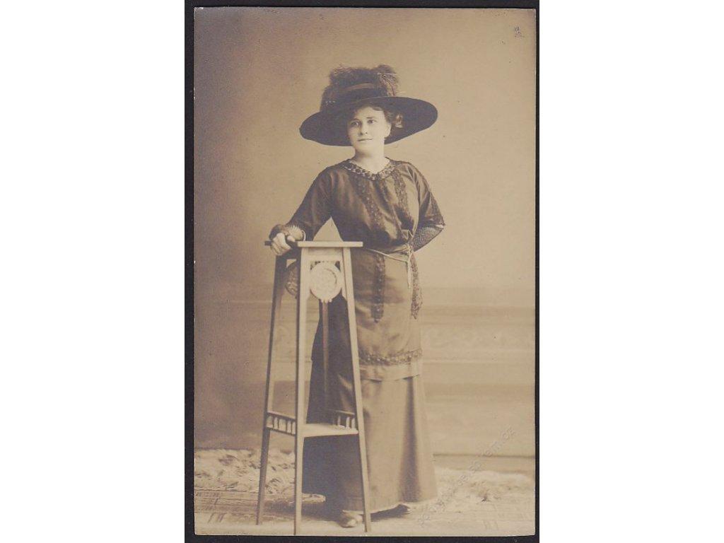 Dáma v klobouku, cca 1915