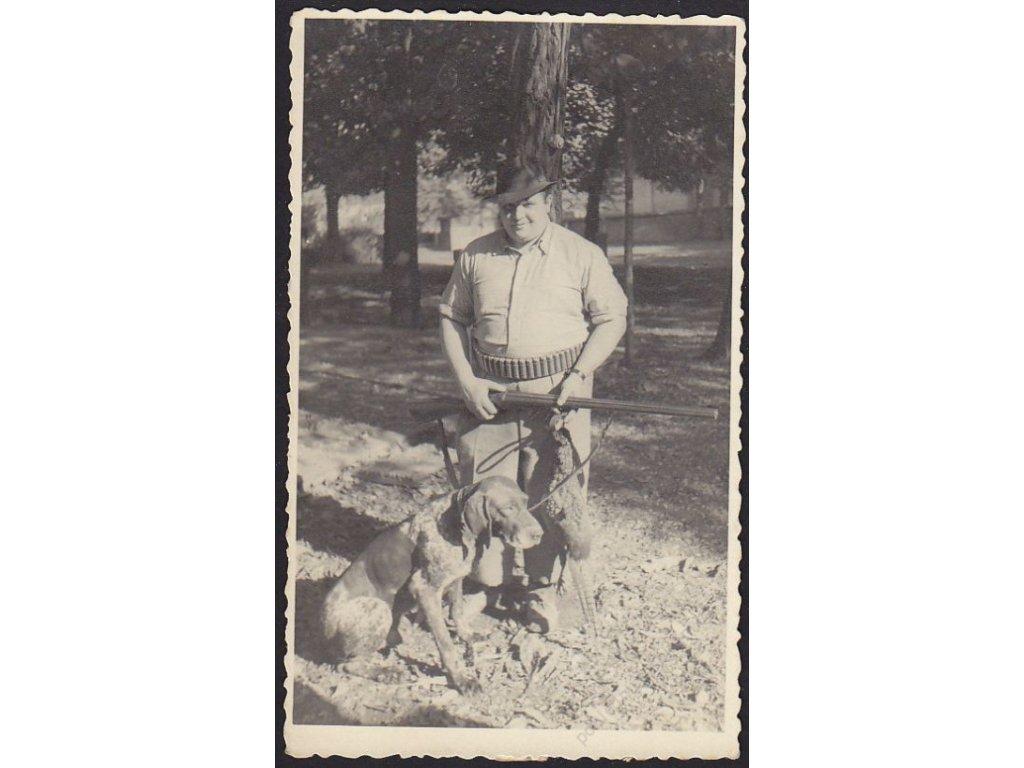 Myslivec se psem, cca 1940