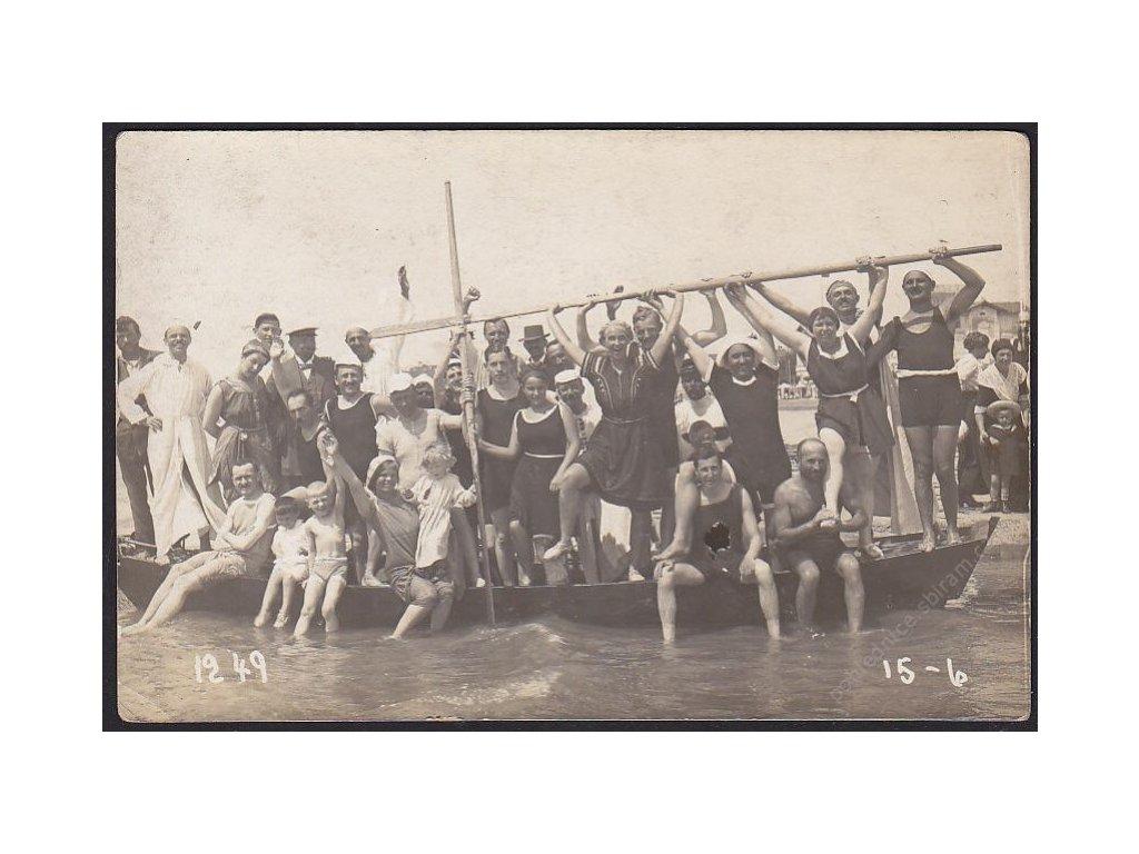Móda a doba, Na plovárně, cca 1925